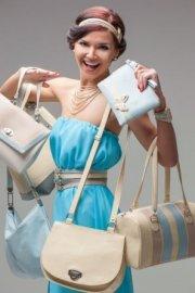 kobieta z torebkami